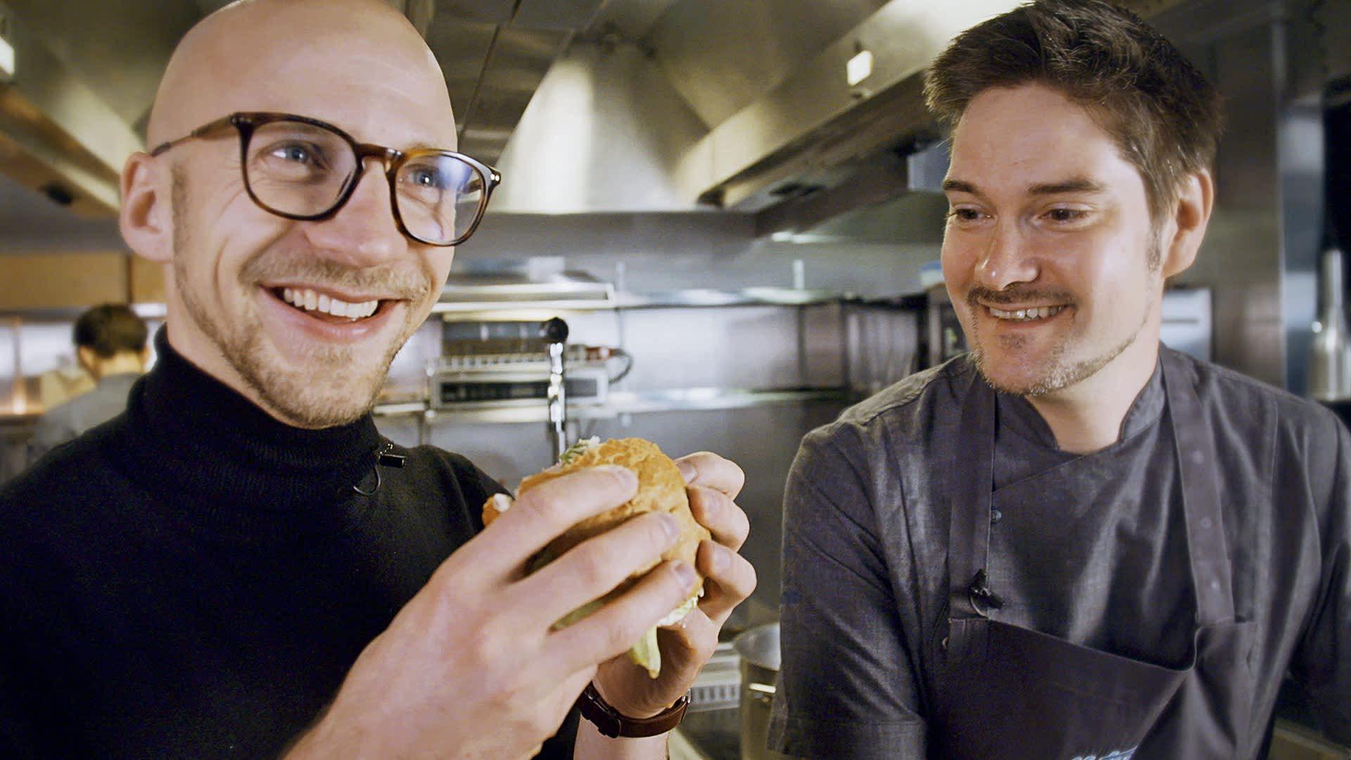 Ylen Voiko tätä syödä? -sarjassa huippukokki Henri Alén ja tiedenörtti Lauri Reuter kiertävät maailmaa ja selvittävät, mitä lautasella on tulevaisuudessa.